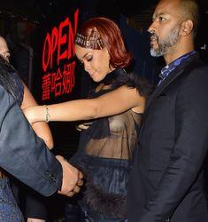 Певица Рианна засветила грудь на афтепати фото #14