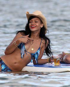 Сексуальная красотка Рианна в бикини на Гавайях фото #11