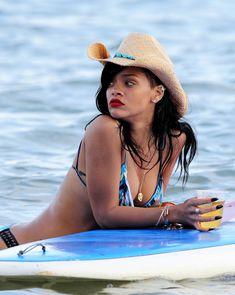 Сексуальная красотка Рианна в бикини на Гавайях фото #12