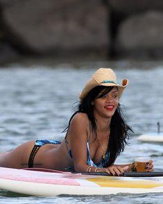 Сексуальная красотка Рианна в бикини на Гавайях фото #13