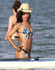 Сексуальная красотка Рианна в бикини на Гавайях фото #15
