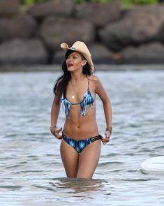 Сексуальная красотка Рианна в бикини на Гавайях фото #17
