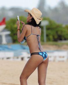 Сексуальная красотка Рианна в бикини на Гавайях фото #21