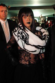 Рианна засветила сосок на Jean Paul Gaultier Fashion Show фото #4