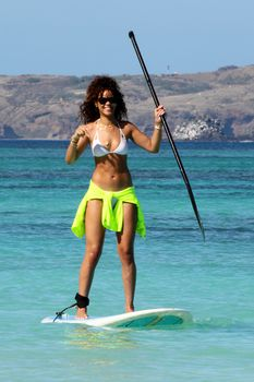 Спортивное тело Рианны в белом бикини на Гавайях фото #4