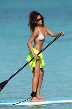 Спортивное тело Рианны в белом бикини на Гавайях фото #5