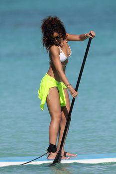 Спортивное тело Рианны в белом бикини на Гавайях фото #7