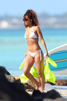 Спортивное тело Рианны в белом бикини на Гавайях фото #9