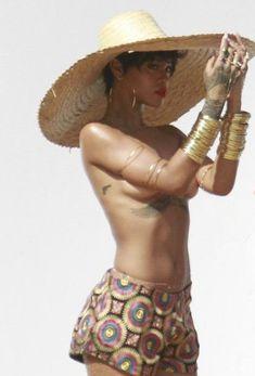 Голая грудь Рианны на фотосессии в Рио фото #20