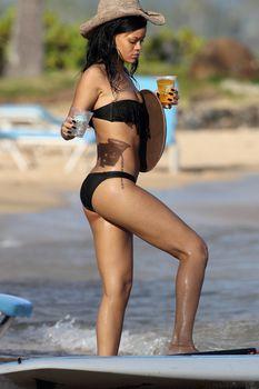 Сексуальная фигура Рианны в купальнике на Гавайях фото #5