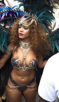 Развратная Рианна на карнавале в Барбадосе фото #1