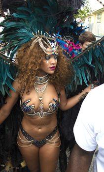Развратная Рианна на карнавале в Барбадосе фото #3