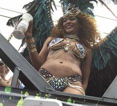 Развратная Рианна на карнавале в Барбадосе фото #7