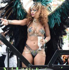 Развратная Рианна на карнавале в Барбадосе фото #8
