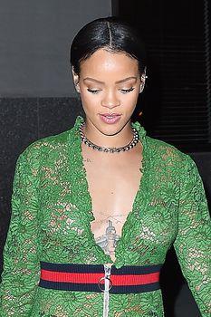 У Рианны просвечивается грудь через платье фото #1