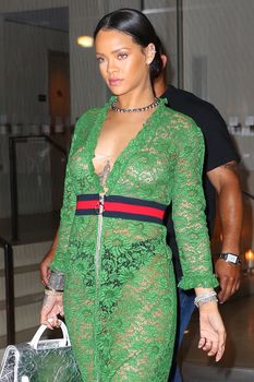 У Рианны просвечивается грудь через платье фото #8