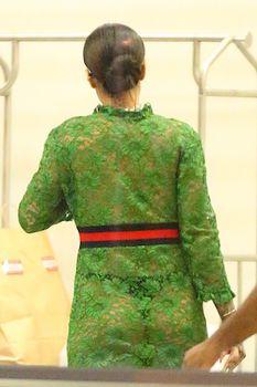 У Рианны просвечивается грудь через платье фото #11