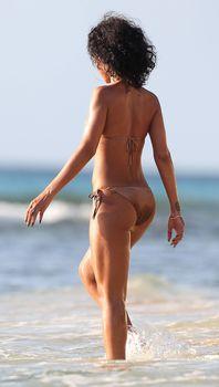 Возбуждающая Рианна в бикини на пляже в Барбадосе фото #3