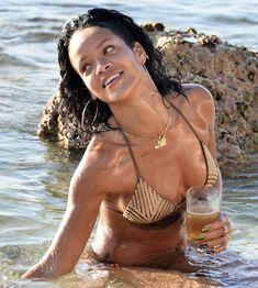 Возбуждающая Рианна в бикини на пляже в Барбадосе фото #10