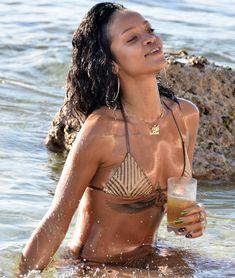 Возбуждающая Рианна в бикини на пляже в Барбадосе фото #13