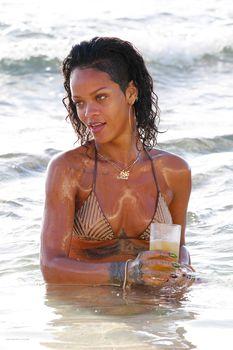 Возбуждающая Рианна в бикини на пляже в Барбадосе фото #15