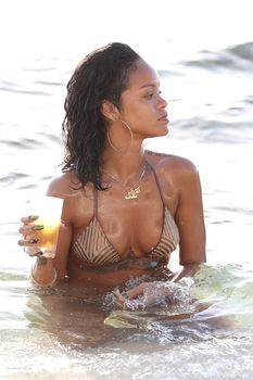 Возбуждающая Рианна в бикини на пляже в Барбадосе фото #17