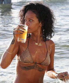 Возбуждающая Рианна в бикини на пляже в Барбадосе фото #18