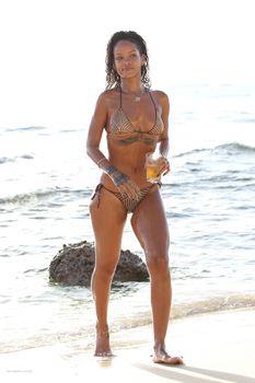 Возбуждающая Рианна в бикини на пляже в Барбадосе фото #19
