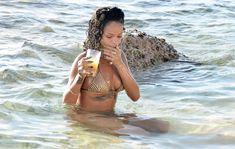 Возбуждающая Рианна в бикини на пляже в Барбадосе фото #25