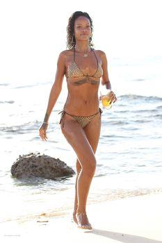 Возбуждающая Рианна в бикини на пляже в Барбадосе фото #29