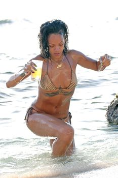 Возбуждающая Рианна в бикини на пляже в Барбадосе фото #30