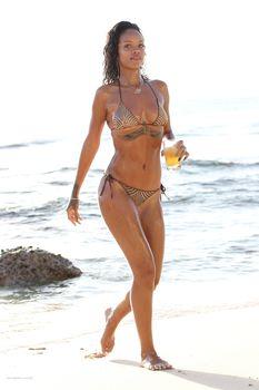 Возбуждающая Рианна в бикини на пляже в Барбадосе фото #31