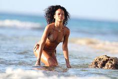 Возбуждающая Рианна в бикини на пляже в Барбадосе фото #42