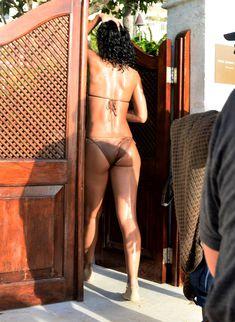 Возбуждающая Рианна в бикини на пляже в Барбадосе фото #44