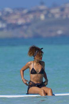 Возбуждающее тело Рианны в бикини на Гавайях фото #11