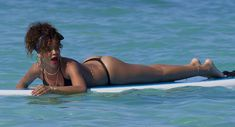 Возбуждающее тело Рианны в бикини на Гавайях фото #14