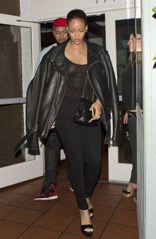 Секси Рианна ходит без лифчика в Санта Моника фото #2