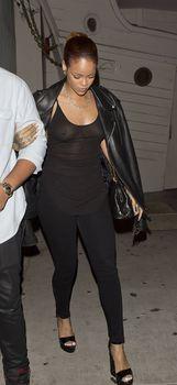 Секси Рианна ходит без лифчика в Санта Моника фото #5