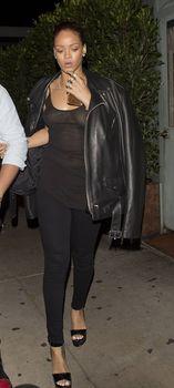 Секси Рианна ходит без лифчика в Санта Моника фото #9