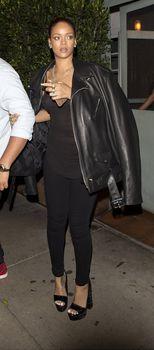 Секси Рианна ходит без лифчика в Санта Моника фото #10