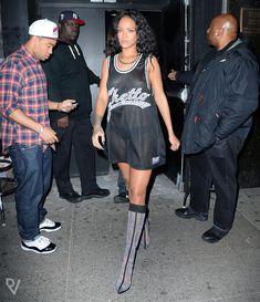 Бесстыжая Рианна показала грудь возле ночного клуба фото #1