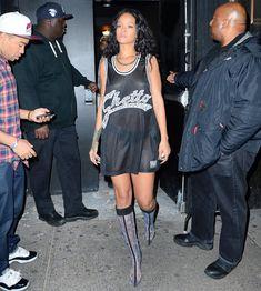 Бесстыжая Рианна показала грудь возле ночного клуба фото #3