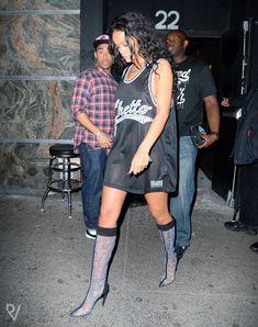 Бесстыжая Рианна показала грудь возле ночного клуба фото #6