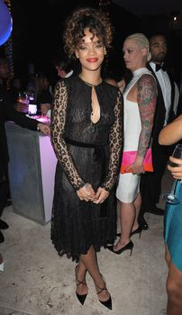 У Рианны видно голую грудь через платье на вечеринке фото #1