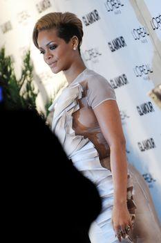 Голый сосок Рианны на Glamour Woman of the Year Awards фото #3