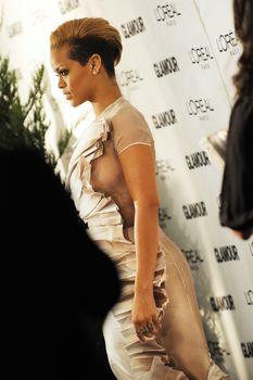 Голый сосок Рианны на Glamour Woman of the Year Awards фото #5