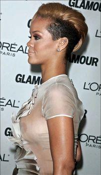 Голый сосок Рианны на Glamour Woman of the Year Awards фото #6