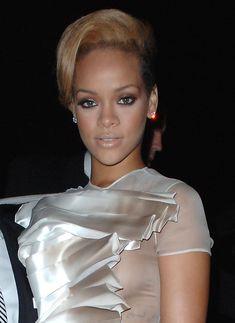 Голый сосок Рианны на Glamour Woman of the Year Awards фото #8