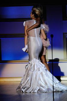 Голый сосок Рианны на Glamour Woman of the Year Awards фото #11