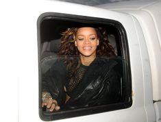 Рианна засветила сиську в машине фото #2
